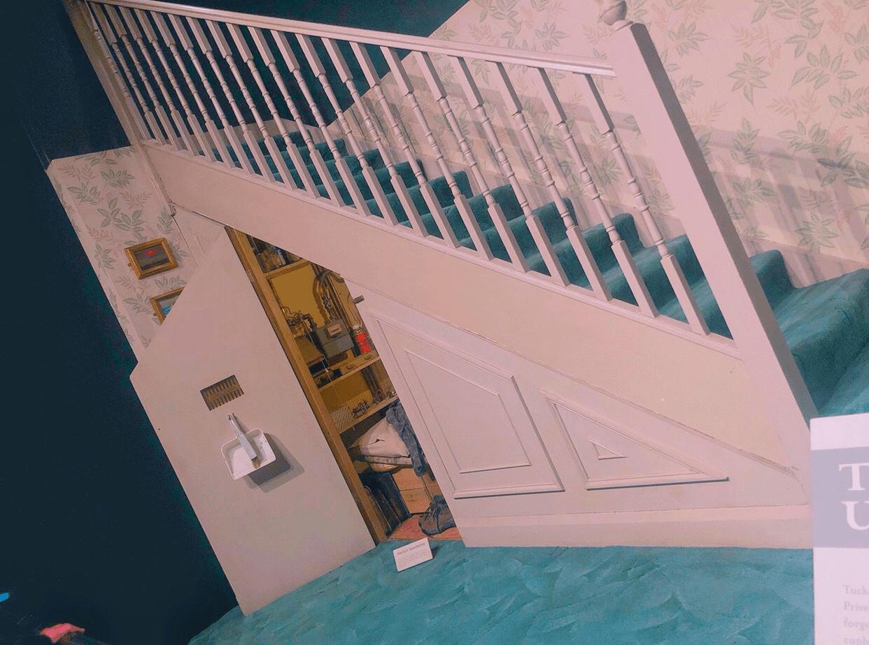 階段下の物置の写真