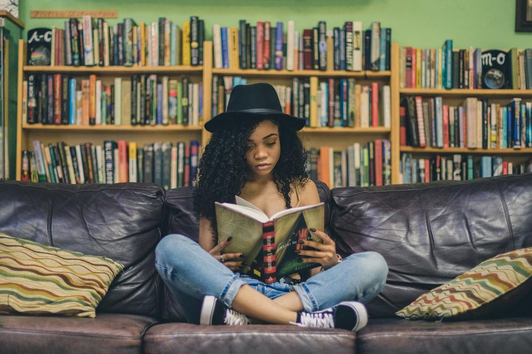 本を読む女の子の画像