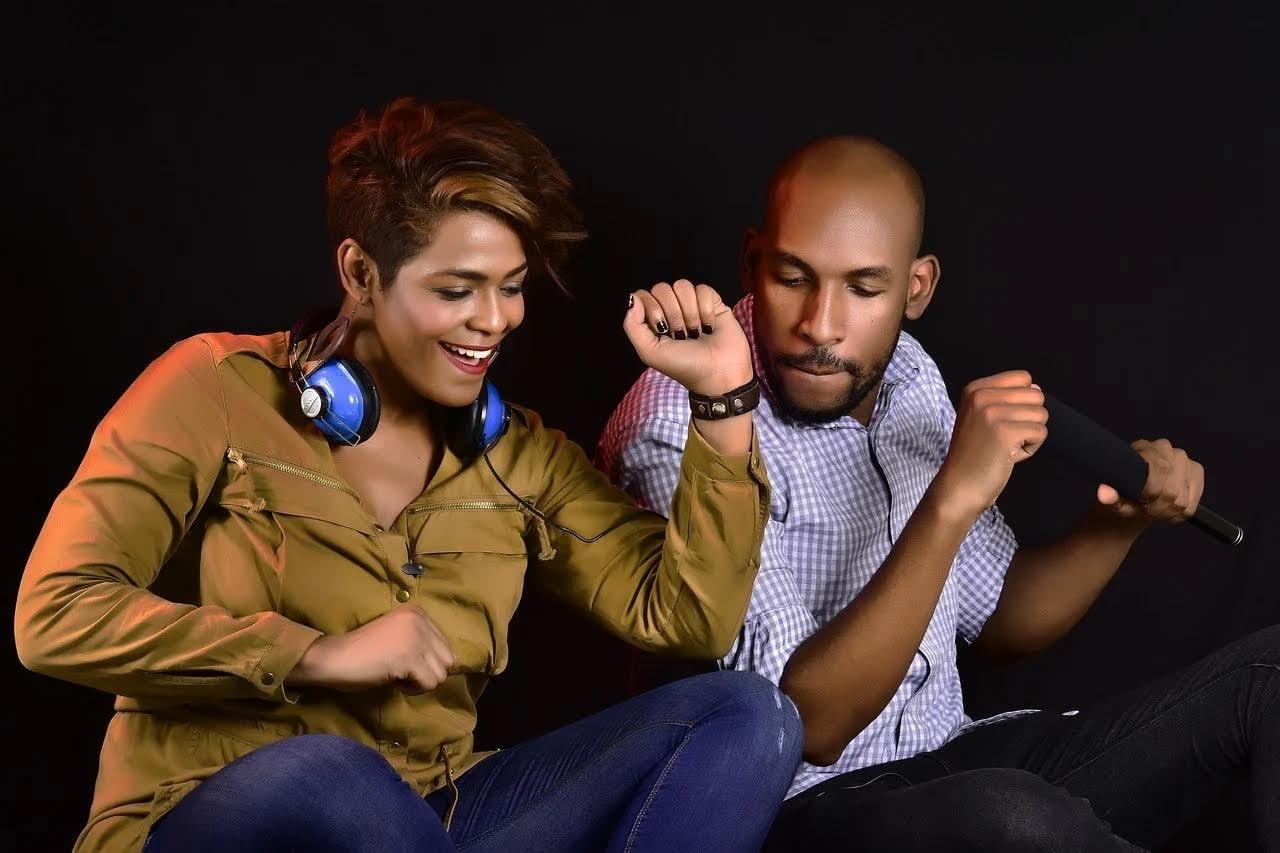 楽しそうに音楽聞く2人の画像